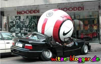 Ball macht Auto platt