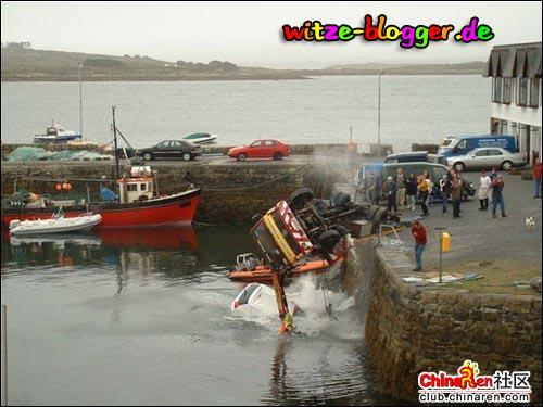 Kran fliegt ins Wasser 1