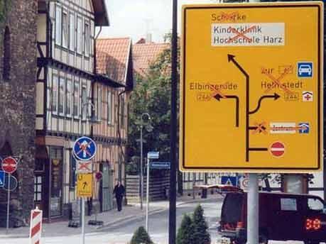 Schild zeigt Sperrungen - Final Destination