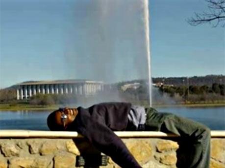 Wasserstrahl - Mann lässt Druck ab